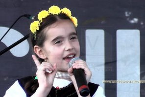 """""""Subţirică-s ca grâu'!"""" – Interpretă populară de succes, la numai opt anişori (VIDEO)"""